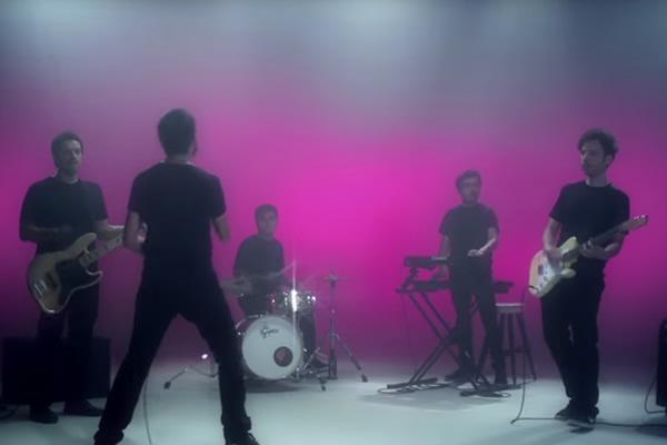 """Ases Falsos estrena video para """"Cae la cortina"""""""